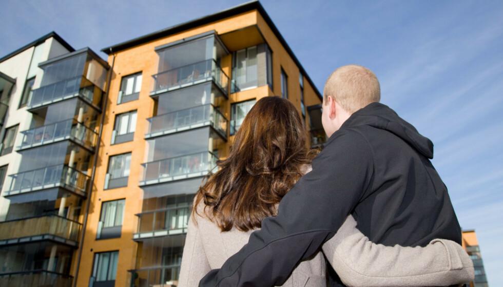 BETALT BOLIGLÅN: Høye boliglån kan både skremme og hindre mange fra å komme seg inn på boligmarkedet. I noen land er det negative renter, som betyr at banken betaler låntakere for å låne penger av dem, men det kan ha negative følger for andre bankprodukter. Foto: Shutterstock/NTB Scanpix.