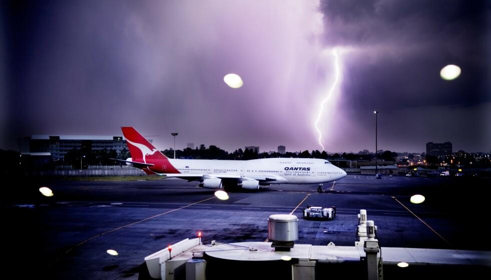 LYNNEDSLAG: Selv om fly kan bli truffet av lyn, er nye fly bygd for å tåle dette. Her et Qantas-fly i 2010. Foto: Samfoto