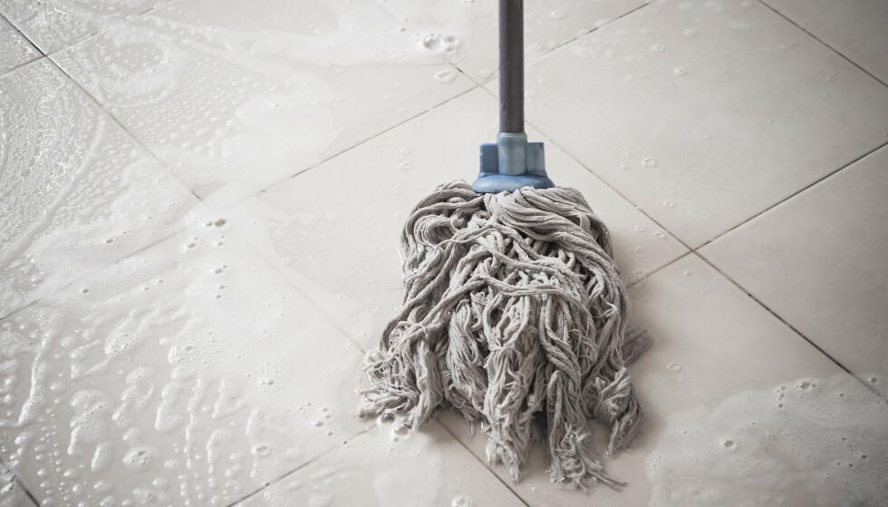 <strong>IKKE BYTTE MOPP:</strong> Å aldri bytte ut moppen eller kluten for hvert rom du vasker, vil gjøre huset mer uhygienisk og skittent enn rent. I artikkelen under presenterer renholdsekspertene enda flere vasketabber som vi bør unngå. Illustrasjonsfoto: NTB Scanpix.
