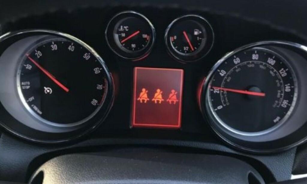 LYD OG LYS: Det skal varsles med lyd og lys, dersom en av passasjerene i bilen ikke bruker beltet. Foto: Rune Korsvoll