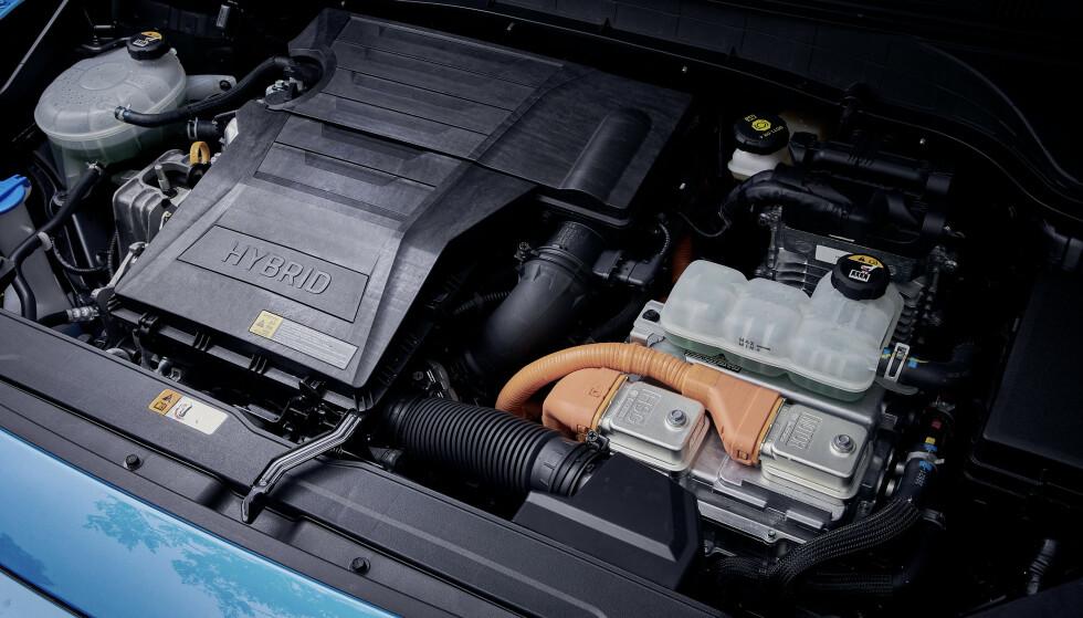 SLAPPING: Motorvolumet har økt, men motoren som jobber etter Atkinson-prinsippet, byr ikke på mye muskler. Derimot har den fått selskap av en elmotor som gjør den sterkere enn enliteren som satt der tidligere. Foto: Hyundai