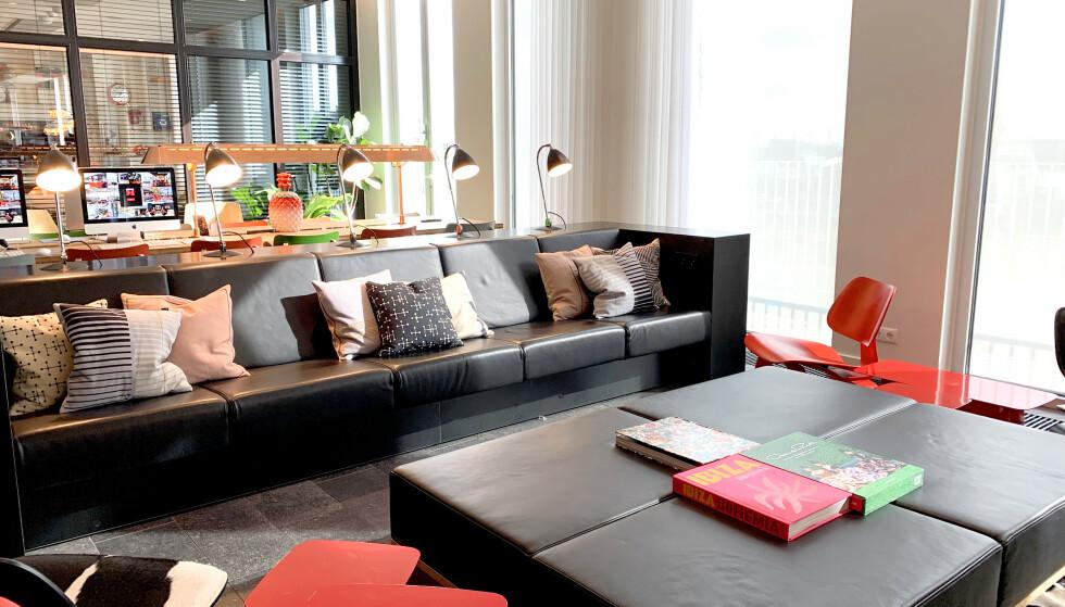 FLOTT VRIMLEOMRÅDE: Her er mange plasser å slå seg ned for å snakke med andre, lese eller jobbe. Foto: Kristin Sørdal