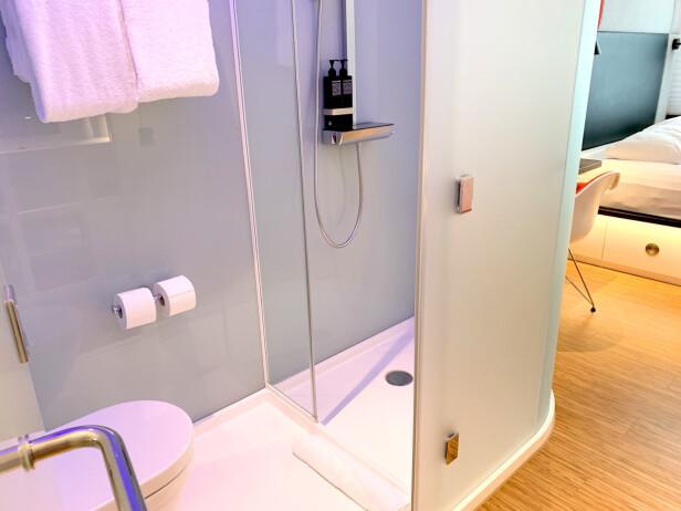 DUSJEN: Dusjen, eller toalettet, eller ja ... Det er som et ekstra stort dusjkabinett som er satt inn på rommet. Ikke regn med at noe du gjør der inne, unngår eventuelle samboere på rommet. Foto: Kristin Sørdal