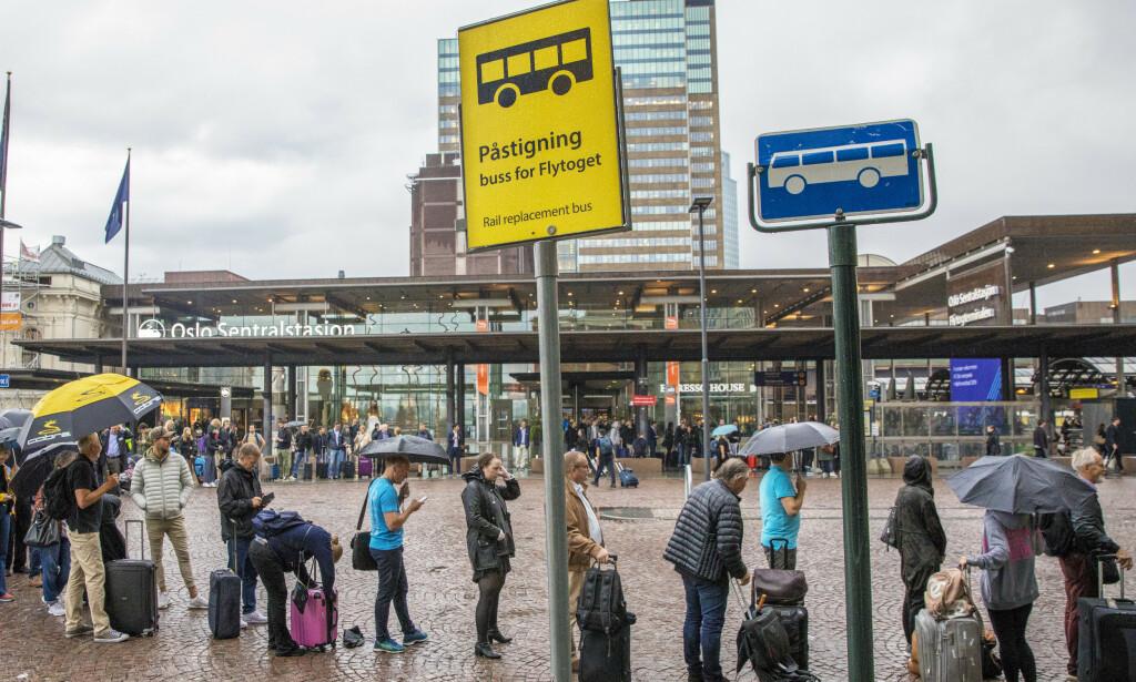 VENTETID: Passasjerene må belage seg på å vente for refusjon etter forrige ukes togforsinkelser. Foto: Ole Berg-Rusten/NTB Scanpix