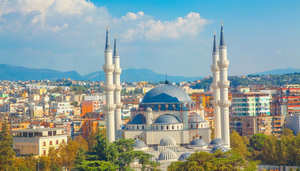 NY HIT: Albania, her representert med et bilde fra hovedstaden Tirana, er et land som har blitt mer populært som ferieland, ifølge Sandmæl i DNB. Foto: Shutterstock/NTB Scanpix.