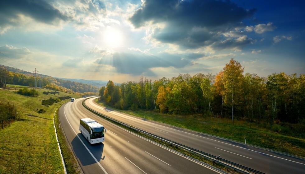 PENGER Å SPARE: Det tar ofte litt lenger tid enn med fly, men du kan spare penger på å kjøre buss eller tog i stedet. Foto: Shutterstock / NTB Scanpix