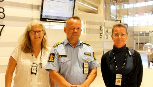 - KOM NÅ! Gitte Hessenschmidt (til venstre), Jan Eirik Thomassen og Merethe Næss-Tangen ved Oslo politidistrikt oppfordrer folk til å bestille time for passbestilling allerede nå, når kapasiteten er stor og ventetidene er minimale. Foto: Kristin Sørdal