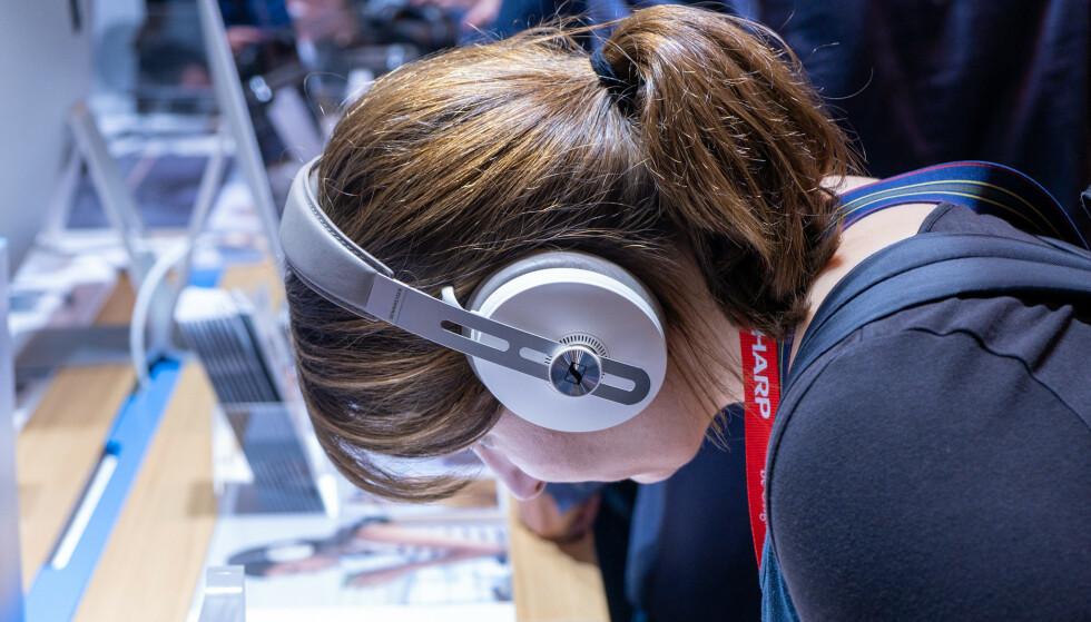 MOMENTUM WIRELESS: De nye hodetelefonene til Sennheiser er litt mer moderne uten at de mister retrodesignet helt. Foto: Martin Kynningsrud Størbu