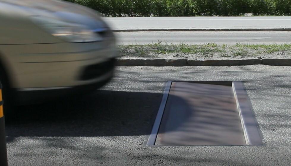 «ACTIBUMP»: Farten din måles av en radar. Kjører du fortere enn fartsgrensen, senkes denne stålplaten seks centimeter i forkant, og skaper en dump som gir et hardt slag i bilen. I motsetning til ved tradisjonelle humper, merker ikke de som kjører lovlig noen ting. Foto: Edeva