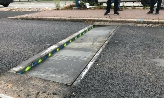 VEIER OG MÅLER: Actibump kan også veie og måle akselavstanden til kjøretøyer. Det kan dermed brukes til trafikktelling og til å identifisere hva slags kjøretøyer som passerer. Foto: Edeva