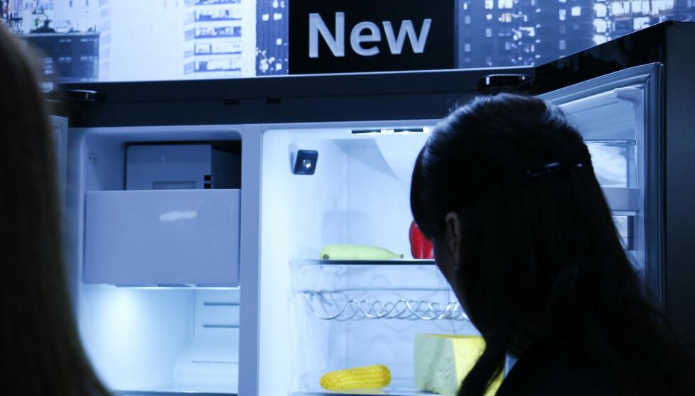 KAMERA: Det er ikke deg kameraet skal filme, eller hvor mye du spiser, men hva som er igjen i kjøleskapet - som du kan sjekke direkte fra en app. Her fra Siemens kjøleskap-nyhet på elektronikkmessen IFA. Foto: Berit B. Njarga