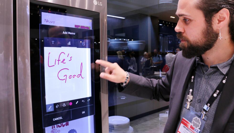 Allsidig touch-skjerm på LGs InstaView Thinq-kjøleskap. Her viser Erik Svalberg i LG hvordan det fungerer. Foto: Berit B. Njarga