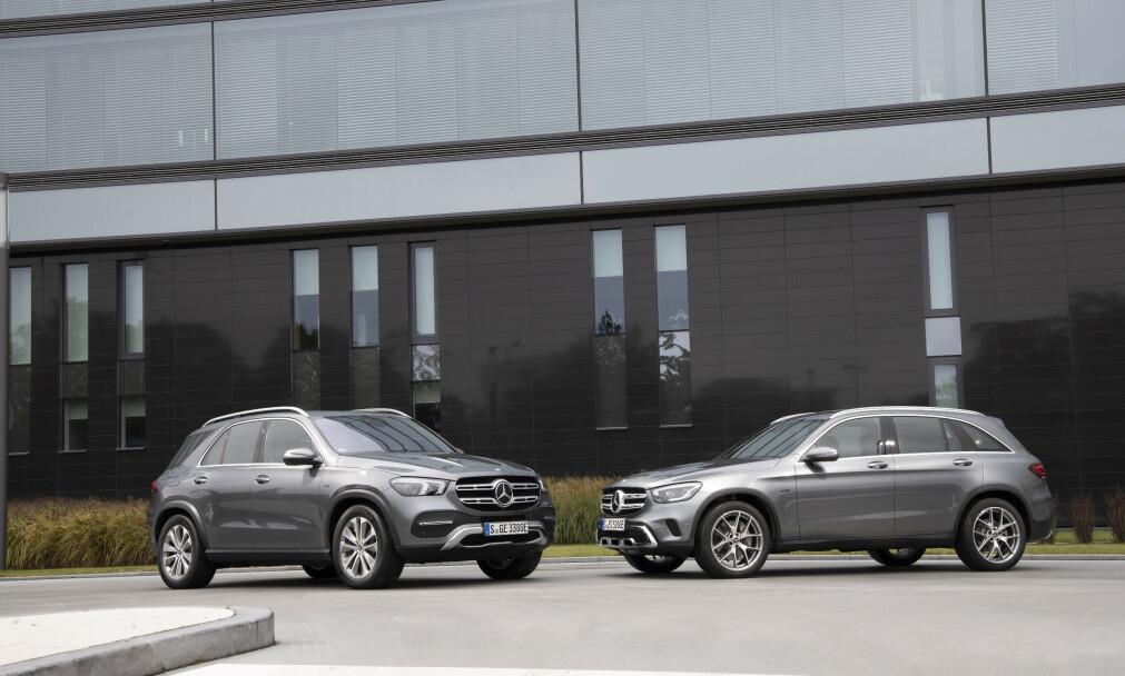 TILBAKE! Sammen med den noe større <i>Mercedes-Benz GLE de</i> (t.v.) kommer den populære ladbare bensin-SUV-en <i>GLC e</i> tilbake på markedet. Det vil trolig gjøre mye med Mercedes-salget i Norge. Foto: Daimler
