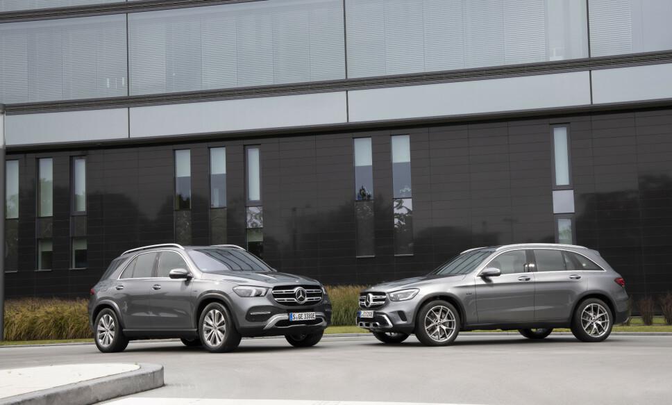 TILBAKE! Sammen med den noe større Mercedes-Benz GLE de (t.v.) kommer den populære ladbare bensin-SUV-en GLC e tilbake på markedet. Det vil trolig gjøre mye med Mercedes-salget i Norge. Foto: Daimler