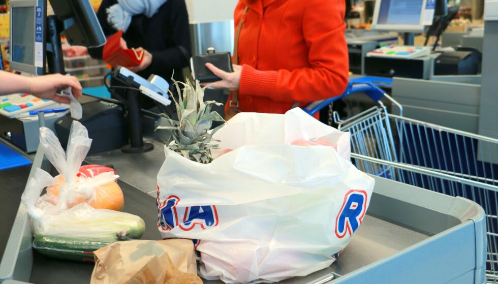 BILLIGERE MATVARER: Matprisene gikk ned med 2,4 prosent fra juli til august. - Det er vanlig at matvareprisene går ned i forbindelse med typiske tilbudsperioder som jul, påske og skolestart. Nedgangen er derimot større enn ventet, sier Ingvill Størksen, direktør for Virke dagligvare. Foto: Hanna Sikkeland