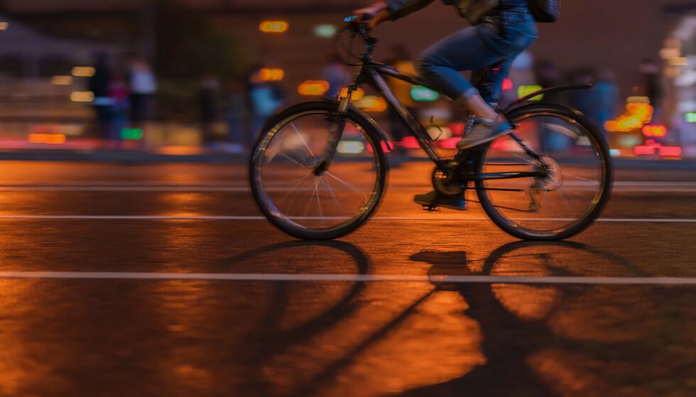 LYS I MØRKET: Høstmørket senker seg, og det er på tide å sjekke batteriet i sykkellyktene, men tenk på to ting først. Foto: Shutterstock/NTB Scanpix.