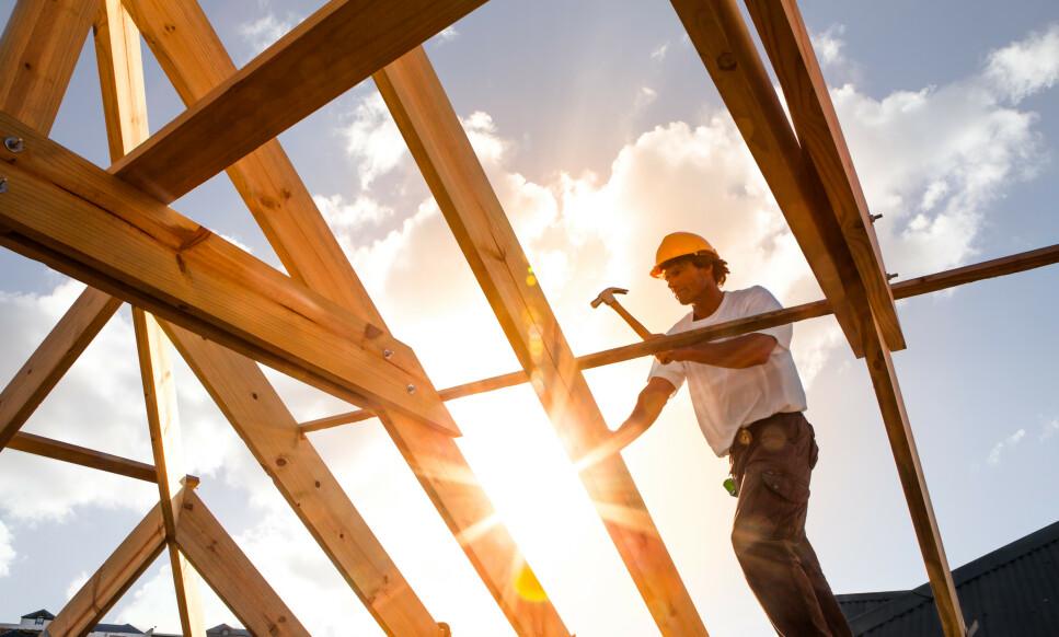 BYGGE? Kommunene innvilget 95 prosent av byggesøknadene i 2018, men saksbehandlingstiden har økt med 16 prosent fra 2017 til 2018. Foto: Shutterstock/NTB scanpix