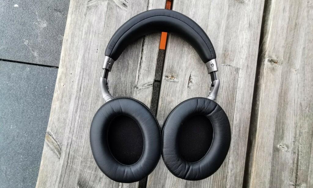 GOD PLASS: Denon AH-GC30 omslutter ørene godt og er godt polstret både mot ørene og issen. Foto: Pål Joakim Pollen