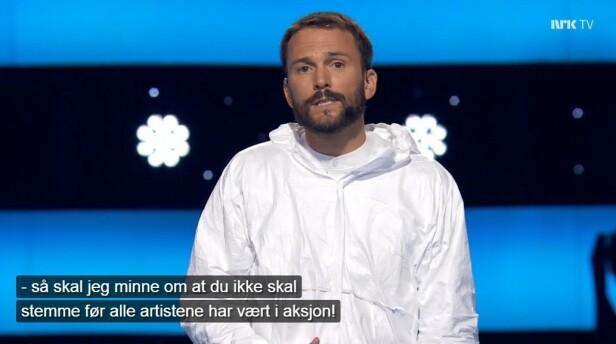 STRENGE STEMMEREGLER: Programleder Kåre Magnus Berg i Stjernekamp minner hver lørdag om at du ikke skal stemme før alle artistene har opptrådt. Det hender likevel at SMS-stemmer tikker inn utenom åpningstiden, og også de blir belastet med tre kroner. Foto: skjermdump.