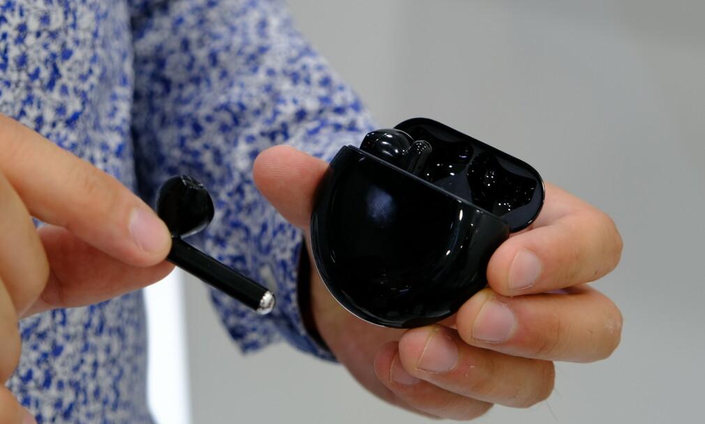 HUAWEI FREEBUDS 3: De nye øreproppene har et åpent design, men aktiv støydempingen skal gjøre lytteopplevelsen bedre i omgivelser med mye støy. Foto: Martin Kynningsrud Størbu