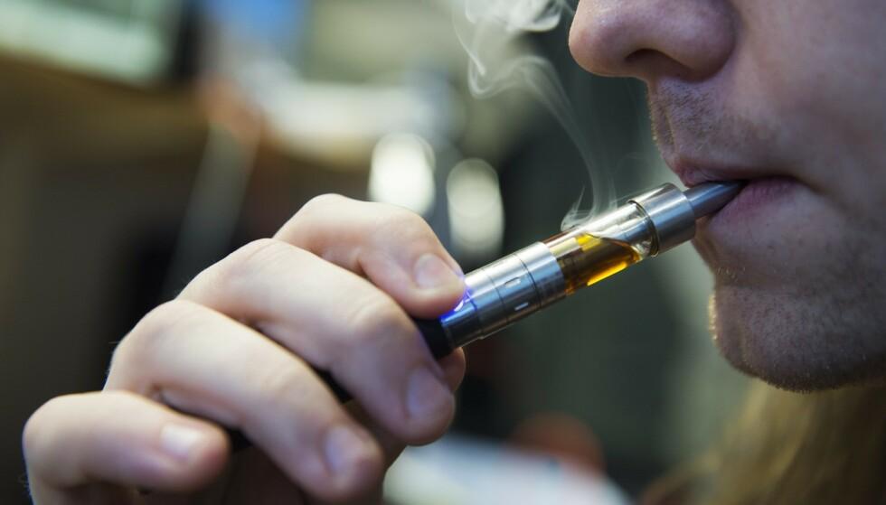 SLÅR ALARM: I USA knytter man seks dødsfall til bruk av e-sigaretter. Foto: Erik Nylander/TT / NTB scanpix