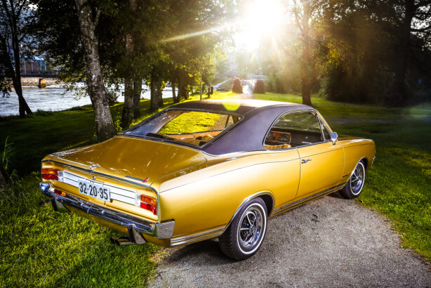 GULL VERDT: Det er ikke gull alt som glitrer, sies det. Men for Bjarte som eier bilen, er det ingen tvil om at Commodoren skinner som det edle materialet, og den er også verdt sin vekt i gull for den lykkelige bileieren. Foto: Alf Vidar Snærland