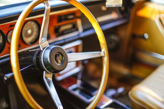 HARMOMISK: En så elegant fargekombinasjon som dette, kombinert med at bilen er i så strøken tilstand, sørger for at Commoderen får skinne på den måten den er tiltenkt. At dette var en særdeles elegant og smakfull bil på slutten av 60-tallet, kan det ikke være noen tvil om. Foto: Alf Vidar Snærland