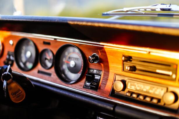 EKTE: Treverk og analoge instrumenter. Et digitalt display kan aldri bli like lekker. Foto: Alf Vidar Snærland
