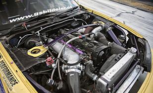 HEFTIG: Motoren er i utgangspunktet en singelturbo RB25, som har fått RB26 veiv, smidde stempler og råder, større dyser, dual-pass radiator, Intercooler, oljekjølere og slikt er fra DO88.AB. Bremser 402 hester på hjul med 98-oktan bensin. Foto: Kaj Alver