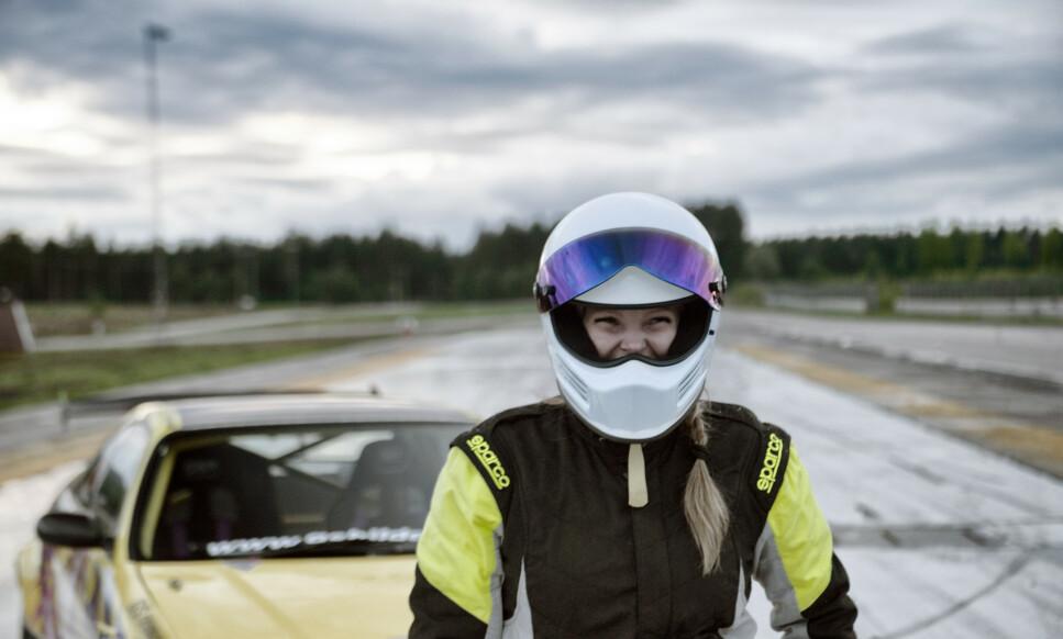 BLIKKFANG: - Tanken var å få en bil litt tilbake til der alt startet. Skikkelig «japse-inspirert» look, med kule farger og neonlys som forhåpentligvis skiller seg litt ut i mengden, sier Linn Petrine Knutsen om bilen sin. Foto: Kaj Alver