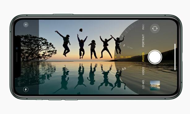NYTT KAMERAGRENSESNITT: Apple har gjort det slik at du kan se hvordan bildet blir med ultravidvinkel i kamera-appen på de nye iPhone-modellene. Foto: Apple