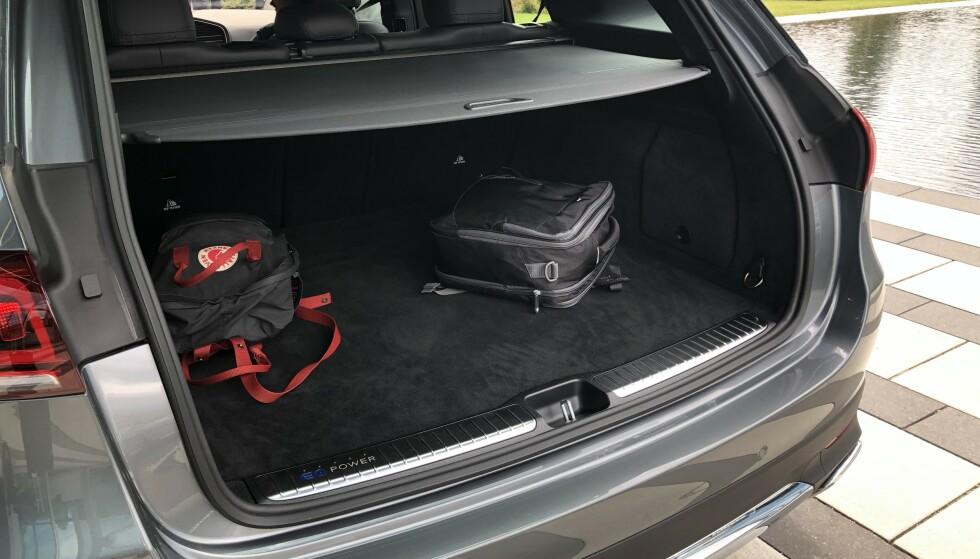 Endelig er bagasjerommet i full størrelse, men det mangler håndtak for å løfte opp gulvet. Foto: Rune M. Nesheim