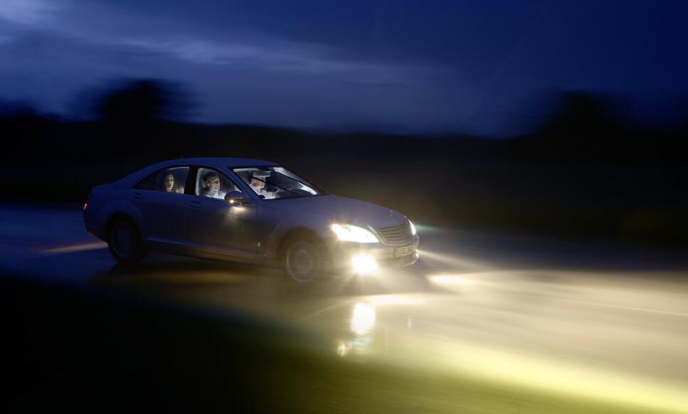 MØRKT FOR ALLE: Mørke høstveier er like mørke for alle – enten du kjører en dyr Mercedes eller billig Dacia. God lys er viktig uansett. Foto: Markus Pentikainen