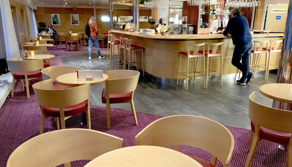 BAR PÅ BAR: Det er mange ulike barer og serveringssteder om bord - men vi savner mer steder å sitte for de som ikke er interessert i å kjøpe drikke eller mat. Foto: Berit B. Njarga