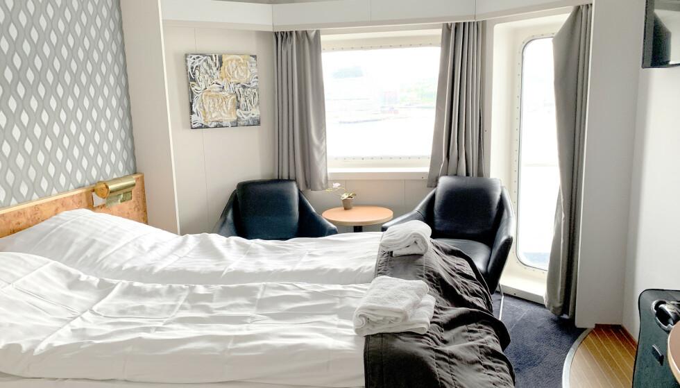 FINT Å HENGE PÅ COMMODORE: God plass, mye lys og sitteplasser for avslapping gjør overfarten enda bedre. Foto: Kristin Sørdal