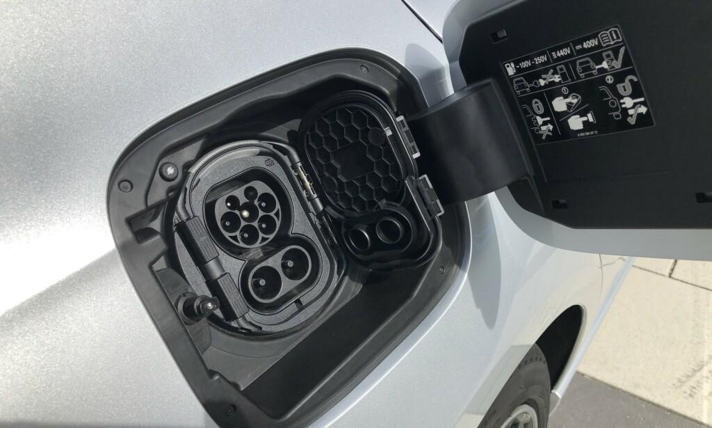 """TO LOKK: Av en eller annen grunn har A-klasse tankpåfylling av bensin på """"feil"""" side. Normalen for tyske biler er høyre side. Der finner du isteden strømkontakten på A- og B-klasse. Vi ser også at Mercedes har gått bort fra løsningen med kontakten på støtfangerens høyre side bak, som kanskje det mest utsatte stedet for skader på en bil. Foto: Rune M. Nesheim"""