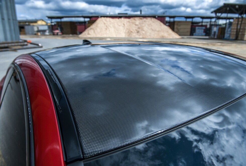 ORIGINALT: Taket er i karbonfiber fra fabrikken. Foto: Kaj Alver
