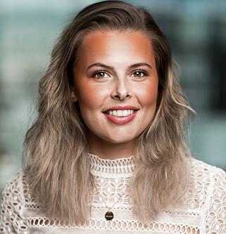 ÉN AV FLERE FAKTORER: Kommunikasjons-rådgiver Vedis Kristine Borstad i Drivkraft Norge forklarer at 30 prosent av drivstoffprisen er produktkostnaden,hvor råoljeprisen er én av flere faktorer. Foto: Drivkraft Norge