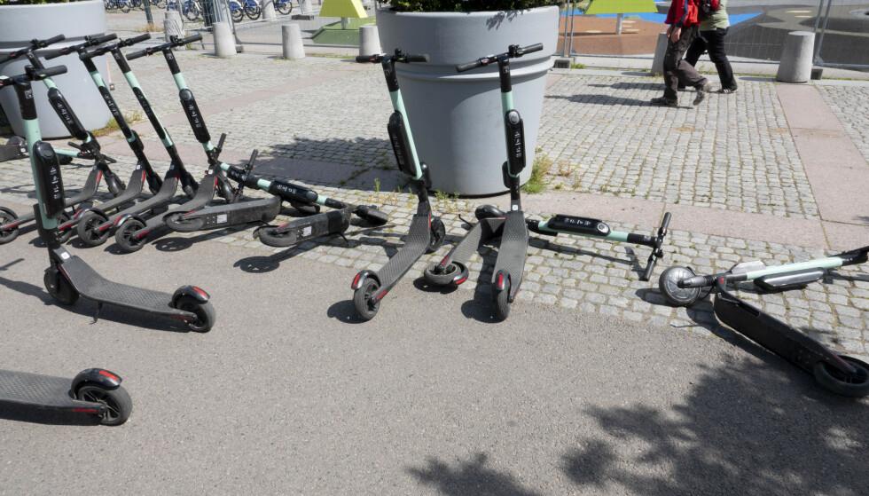 ROT: Samferdselsminister Jon Georg Dale (Frp) ber utleierne rydde opp i elsparkesyklene som ligger strødd omkring. Foto: Geir Olsen/NTB Scanpix
