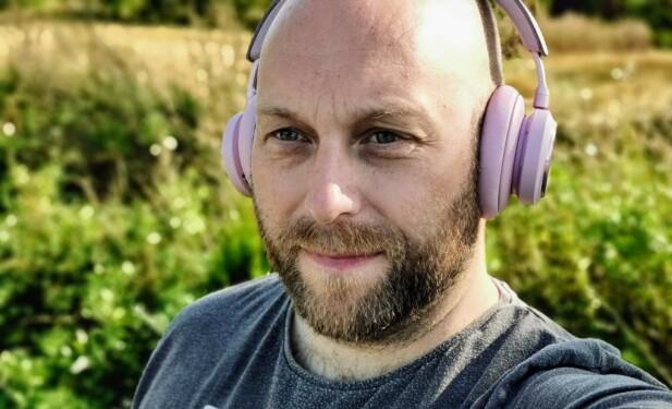 <strong>GOD KOMFORT:</strong> Beoplay H9 presser ikke så hardt mot ørene, og øreputene er trukket i ekte lammeskinn. Foto: Pål Joakim Pollen