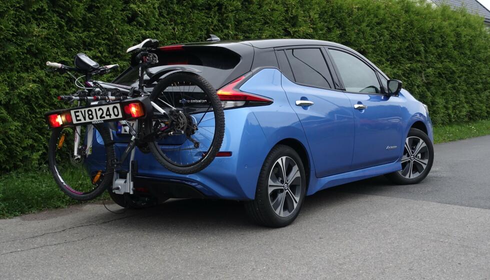 FLERE: Det er etter hvert mange som får tilhengerfeste, kun tiltenkt lastestativ. Nissan Leaf gir deg sykkelstativ og hengerfeste for 9000 kroner. Foto: Rune M. Nesheim