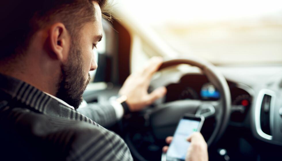 MOBILBRUK I BIL: Assisterende UP-sjef, Roar Skjelbred Larsen, sier at bruken av mobil i bil fortsatt er høy. Foto: Shutterstock