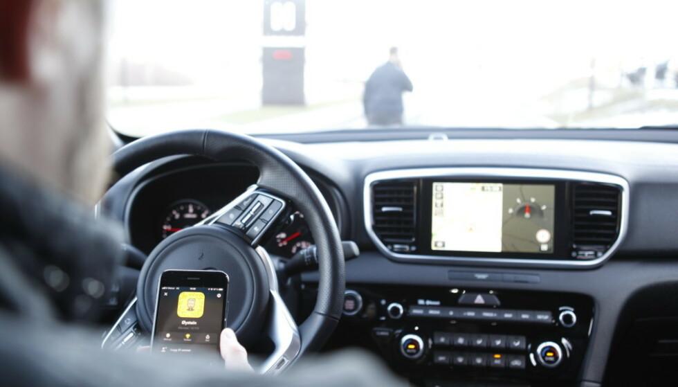 ULOVLIG: I dag bestemte Høyesterett at man ikke kan benytte håndholdt mobiltelefon i bilen, selv om man har stoppet for rødt lys eller står stille i kø. Foto: Øystein B. Fossum
