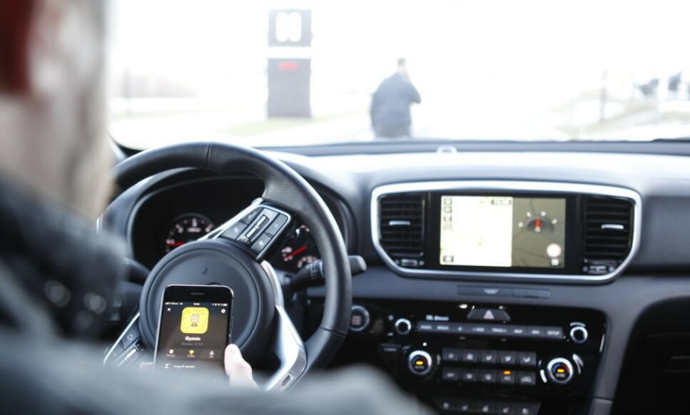 VIL STRAMME INN: Fire av ti nordmenn bruker mobiltelefonen mens de kjører bil. Halvparten av disse erkjenner at de har pratet ulovlig i telefonen mens de kjører. Nå vil blant annet politiet, Trygg Trafikk og forsikringsselskapene innføre mye strengere sanksjoner. Foto: Øystein B. Fossum
