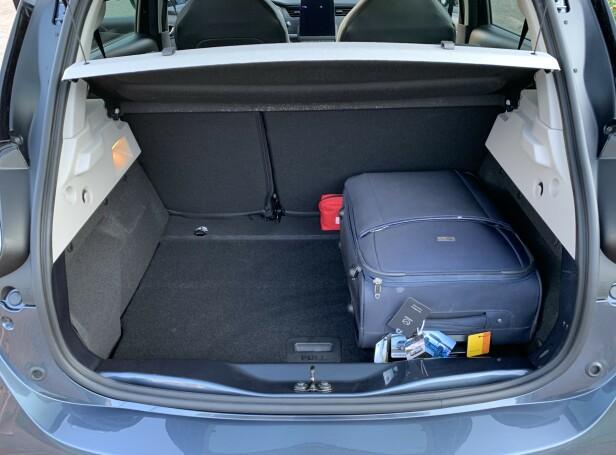 SLETT IKKE VERST: Bagasjerommet er større enn i de fleste utpregede småbiler og omtrent på størrelse med det i e-Golf. Foto: Knut Moberg