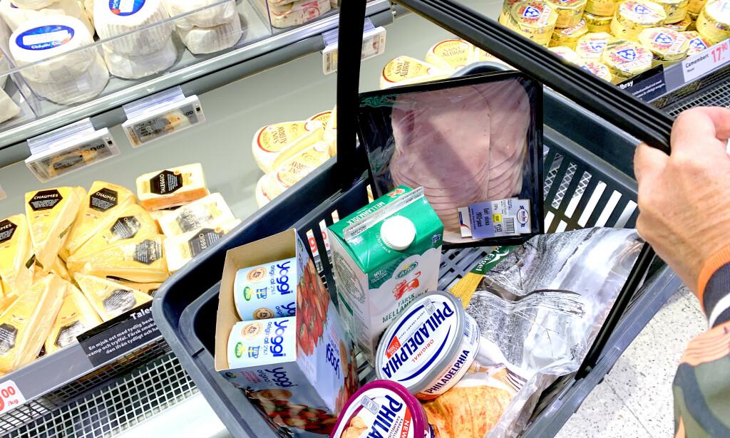 HVA ER BILLIG I SVERIGE NÅ? Vi har sjekket prisene hos Maximat på Nordby Kjøpesenter, og sammenliknet med prisene hos Kiwi og Rema 1000 i Norge. Selv om det meste er billigst i Sverige, er det ikke alt som er billigere. Melk og oster er generelt sett mye billigere i Sverige, men skinkepålegget får du faktisk billigere i Norge, det samme gjelder yoghurten. Det er 17 av 108 varer som er billigere i Norge enn i Sverige. Foto: Kristin Sørdal