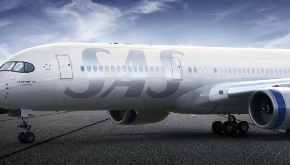 SATSER PÅ SØLV: En stor Sas-logo i sølvgrå nyanse er plassert foran på flyet. Foto: Sas.