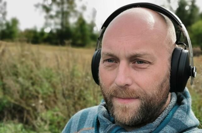 SITTER GODT: Med godt polstrede øreputer og en myk underside av hodebøylen, kan vi sitte med Sennheiser Momentum Wireless på i flere timer i strekk. Foto: Pål Joakim Pollen