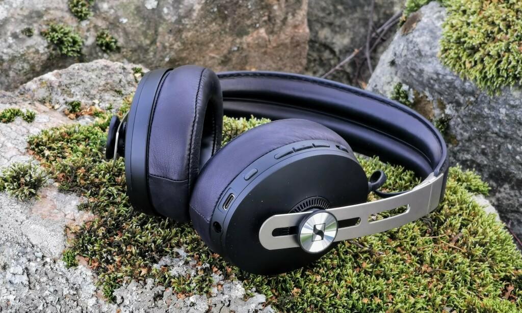 GODT POLSTRET: Både øreputer og hodebøyle har god polstring, som gjør at Sennheiser Momentum Wireless føles gode mot hodet. Foto: Pål Joakim Pollen