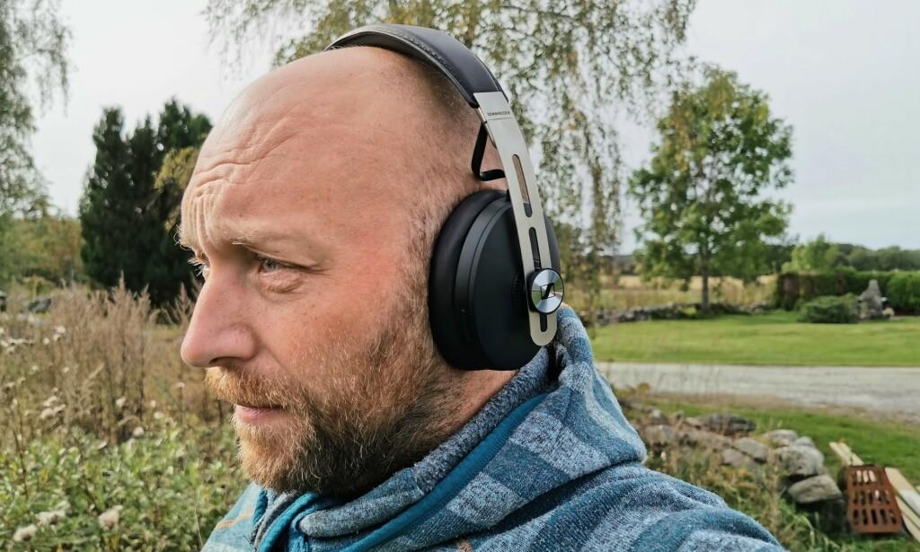 LÅTER BRA: Sennheiser varter opp med svært god lydkvalitet, men holder ikke helt følge med de beste hva gjelder støyreduksjon. Foto: Pål Joakim Pollen